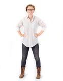 Jonge Trendy Vrouw Aantrekkelijke vrouw met kort haar & glazen die witte overhemd, jeans en laarzen dragen stock foto