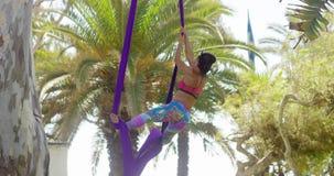 Jonge turner die aan haar acrobatische dans werken stock videobeelden