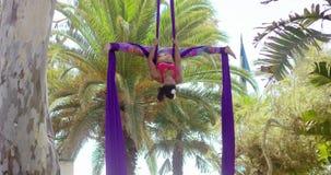 Jonge turner die aan haar acrobatische dans werken stock video