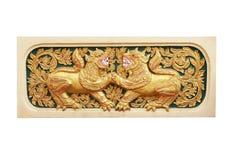 Jonge tweelingleeuw, traditioneel Thais gipspleisterpatroon met gravure in tempel, Chiang Mai, Thailand stock fotografie