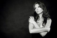 Jonge twijfelachtige vrouw in zwart-wit Royalty-vrije Stock Foto's
