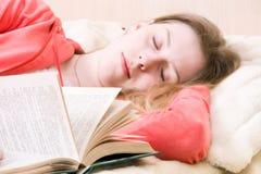 Jonge uitglijdende vrouw met boek Stock Afbeeldingen