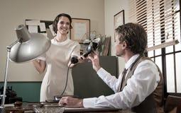 Jonge uitstekende de telefoonontvanger van de secretaresseholding Royalty-vrije Stock Foto's