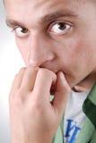 Jonge unconfident kerel die zijn mond kleedt Stock Fotografie