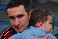 Jonge vader die leuke babyjongen houdt Stock Foto's