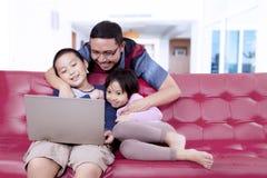 Jonge vader die van een film met zijn kinderen genieten stock foto's