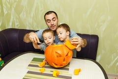 Jonge vader en twee zijn zonen Stock Fotografie