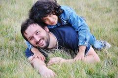 Jonge vader en weinig leuke gir stock foto's