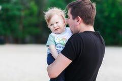 Jonge vader en zijn baby Stock Foto