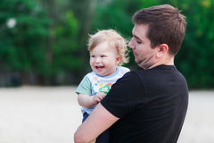 Jonge vader en zijn baby Stock Foto's