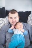 Jonge Vader en Zijn Kleine Babyjongen samen Royalty-vrije Stock Afbeelding