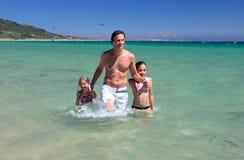 Jonge vader en zijn twee dochters op vakantie royalty-vrije stock foto's