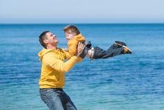Jonge vader en zijn zoon Royalty-vrije Stock Fotografie