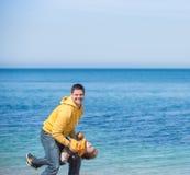 Jonge vader en zijn zoon Royalty-vrije Stock Foto's