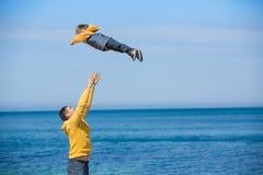 Jonge vader en zijn zoon Stock Fotografie