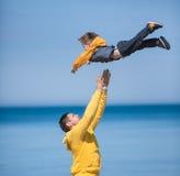 Jonge vader en zijn zoon Stock Afbeeldingen