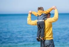Jonge vader en zijn zoon Royalty-vrije Stock Foto