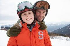Jonge Vader en Zoon op de Vakantie van de Winter Stock Fotografie