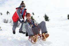 Jonge Vader en Zoon Sledding Royalty-vrije Stock Foto's