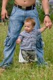 Jonge vader met weinig zoon bij park Stock Fotografie