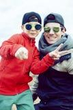 Jonge vader met zijn zoon die pret buiten op de lentegebied hebben, gelukkige familie die, levensstijlmensen die selfie maken gli stock foto
