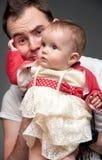 Jonge vader zonder aanwijzing bij het opheffen van een kind Royalty-vrije Stock Afbeeldingen