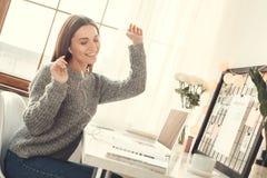 Jonge van het het bureauconcept van het vrouwen freelancer binnen huis de zitting van de de winteratmosfeer het luisteren muziek stock foto