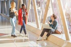 3 jonge van volwassenenondernemers of studenten groeps gemengde race rond Royalty-vrije Stock Afbeeldingen