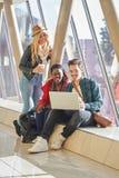 3 jonge van volwassenenondernemers of studenten groeps gemengde race rond Stock Foto's