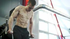 Jonge Vastberaden Mannelijke Atleet Trains Abdominal Muscles in de Gymnastiek stock video