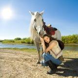 Jonge veedrijfster met wit paard openlucht Royalty-vrije Stock Foto