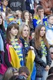 Jonge ventilators die voetbal op gelijke letten Stock Foto's