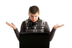 Jonge verbaasde zakenman die aan laptop werkt Stock Afbeeldingen