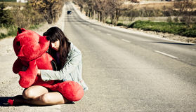Jonge verloren vrouw op de weg. stock foto