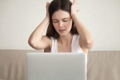 Jonge vermoeide vrouw die duizeligheidhoofdpijn na het lange mede gebruiken voelen stock afbeeldingen