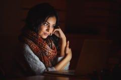 Jonge vermoeide vrouw het bekijken het scherm Royalty-vrije Stock Foto