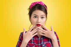 Jonge Verraste Retro Vrouwenklant met Pin Up Makeup retro st stock afbeeldingen