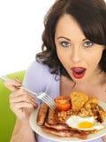 Jonge Verraste Vrouw die een Plaat van Volledig Engels Ontbijt houden Stock Foto's
