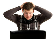 Jonge verraste zakenman die aan laptop werkt Royalty-vrije Stock Afbeeldingen
