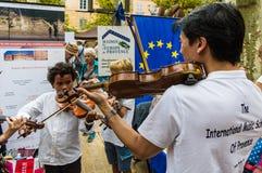 Jonge violist in straat in Frankrijk stock afbeeldingen