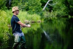 Jonge Visser Catching een grote Vis royalty-vrije stock foto's