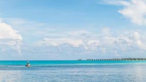 Jonge vissers met duidelijke blauwe overzees en hemel Stock Foto