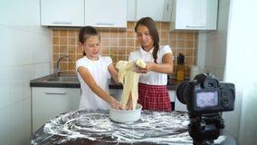 Jonge vloggers die videoinhoud voor voedselblog registreren die voor deeg het kneden voorbereidingen treffen stock videobeelden
