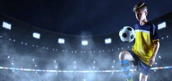 Jonge voetballer in ongemerkte doek op het 3D voetbalstadion stock afbeeldingen