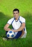 Jonge voetballer op groen gras stock foto