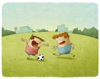 Jonge Voetballers die Bal schoppen Royalty-vrije Stock Foto