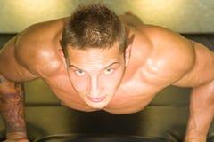 Jonge Volwassen Atleet Doing Push Ups als deel van Bodybuilding-Opleiding royalty-vrije stock afbeelding