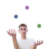 Jonge volwassen het jongleren met ballen Royalty-vrije Stock Fotografie