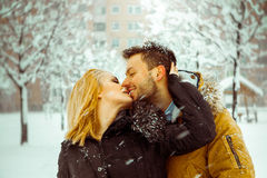 Jonge volwassen Kaukasische coupl in liefde die elkaar in openlucht kussen Royalty-vrije Stock Foto