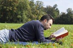 Jonge Volwassen Lezing bij het Park Stock Fotografie